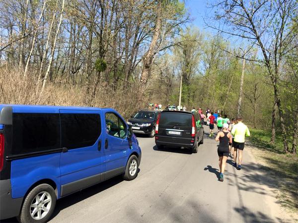 Движение на Трухановом во время забега на 10 км. Фото: интернет