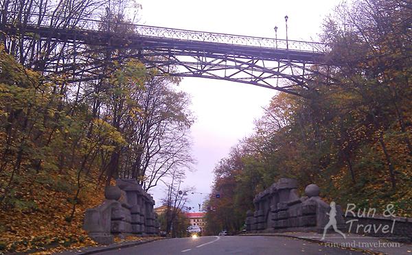 Так мост влюбленных выглядит снизу, с Петровской аллеи