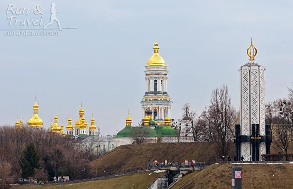 Из Парка Славы видно Киево-Печерскую Лавру и Музей голодомора
