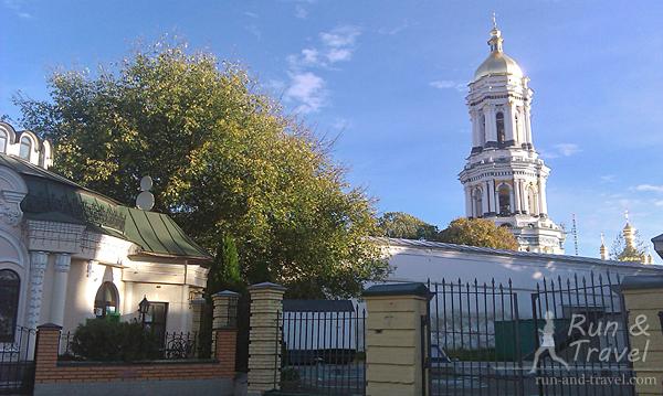 По дороге можно увидеть несколько церквей и церковных строений