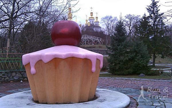 Образец современного уличного арта – пироженка весом в 150 кг, по совместительству лавочка