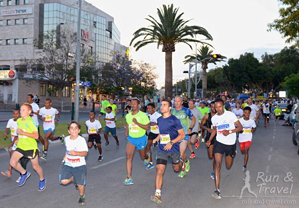 Старт забега на 5 км, сплошное этническое разнообразие