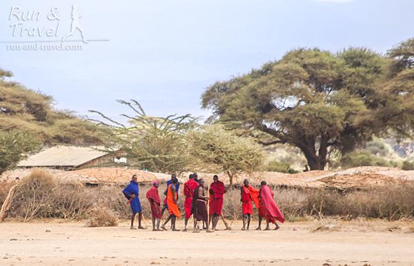 Мужчины масаи возле деревни