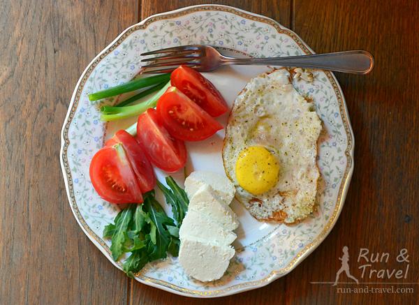 Яичница, сыр адыгейский, овощи
