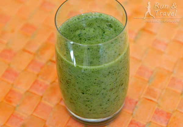 Зеленый смузи: банан + яблоко + шпинат + немного воды