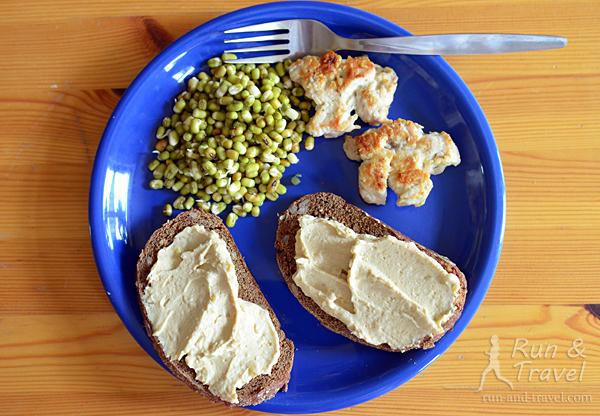 Зеленый маш + тосты с хумусом + котлетки из индейки