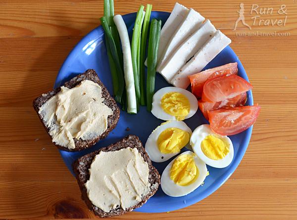 Яйца + тосты с хумусом + брынза + овощи