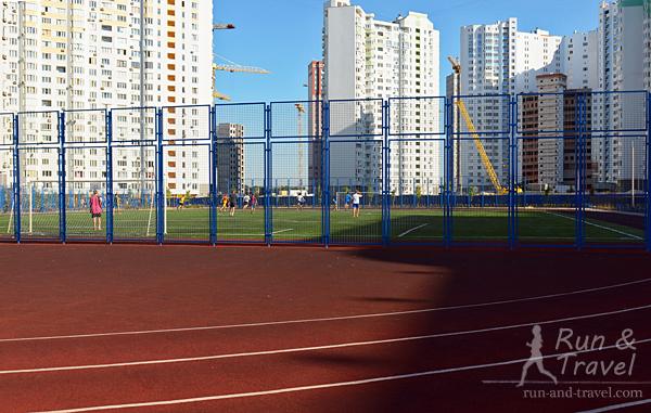 Футбольное поле отделено от беговых дорожек только со стороны ворот