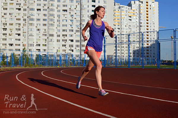 Получаются эффектные фотографии на тему «бег на стадионе в мегаполисе»