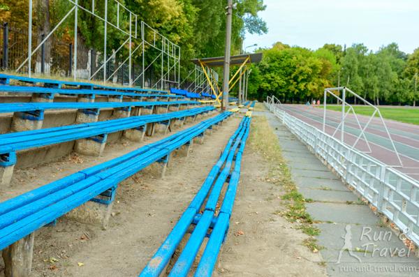 Вокруг - трибуны на 1500 зрителей