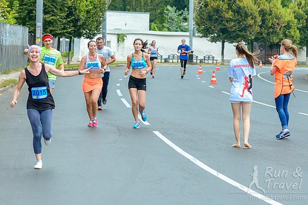 Бегущие 10 км и поддерживающие волонтеры