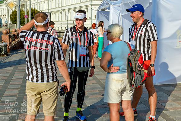 Удачная идея: организаторы в одинаковых заметных футболках