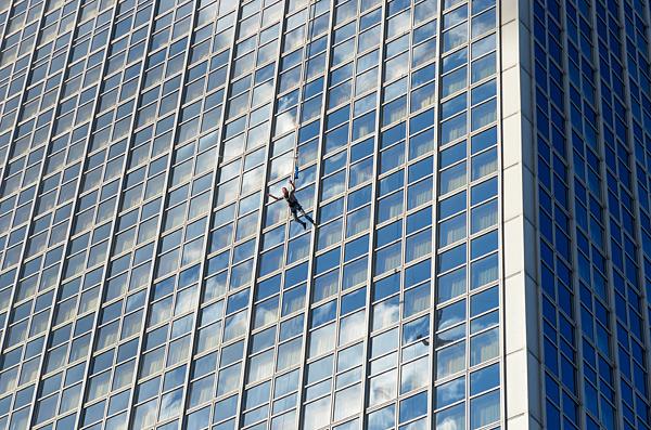 Кто-то бегает марафоны, а кто-то сбрасывается с высотного здания