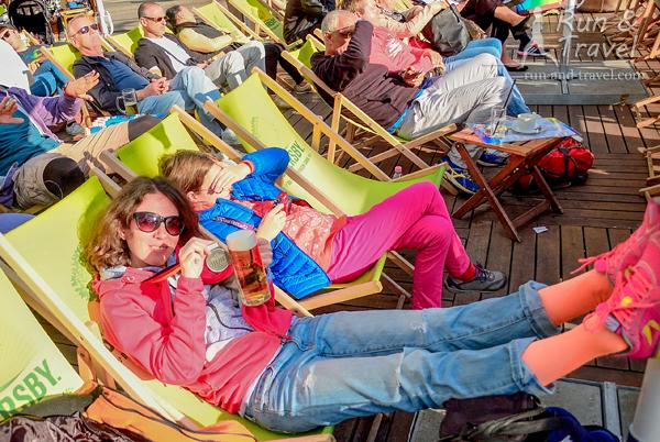 Простые радости жизни: выпить на солнышке пива и задрать ноги повыше