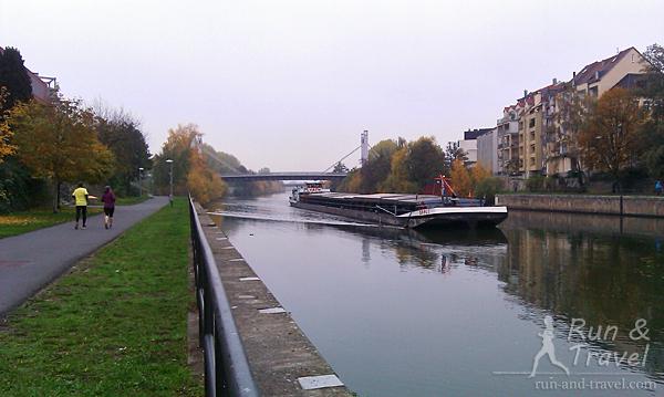 В районах с городской застройкой вдоль реки тоже проложена дорожка