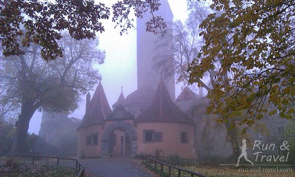 Крепостные ворота Бургтор. Только начало светать, все в тумане