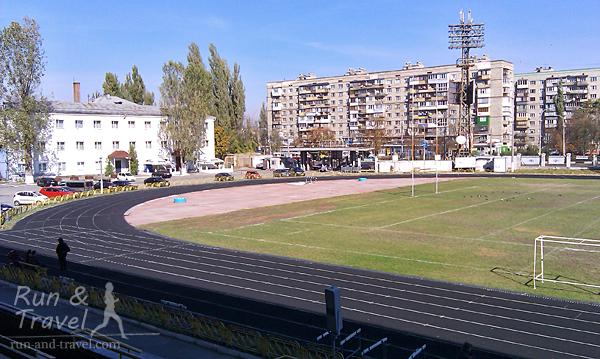 Жилые дома Куреневки и здание гостиницы на территории спорткомплекса