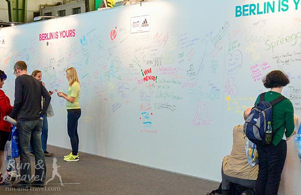 Стена в четверг, через час после открытия экспо (маркеры можно взять у волонтеров)
