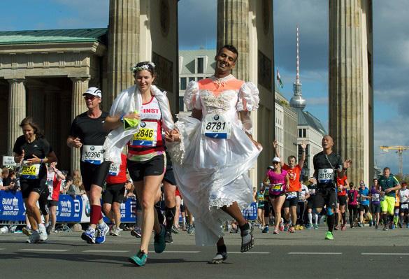 Финишируют жених и невеста. Жених в платье и файвфингерсах. Фото: официальное