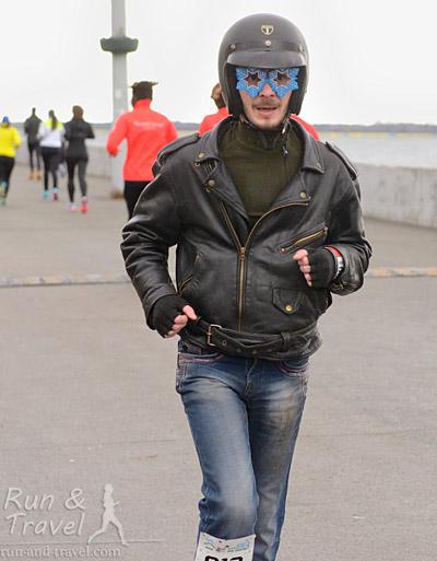 Просто байкер. Шлем потом снял, джинсы, наверное, тоже хотел…