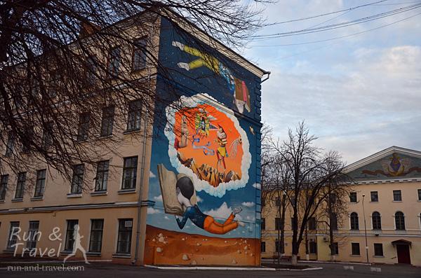 Мурал во дворе Могилянки, фасад корпуса 2, ул. Ильинская 4а