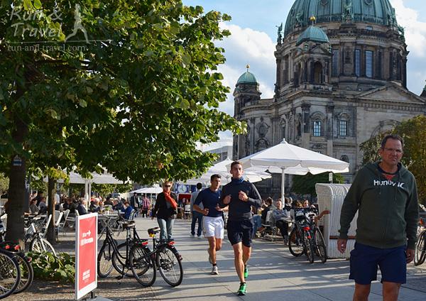 Бегуны на набережной Шпрее, видно Берлинский кафедральный собор