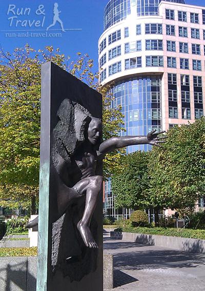 Скульптура посвящена берлинской стене