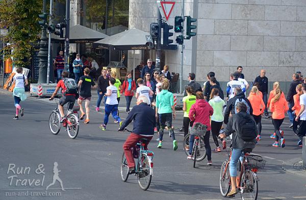 Целый беговой клуб на пешеходно-велосипедном переходе