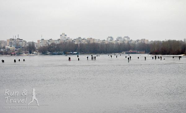 Рыбаки сидят на льду залива до последнего – на переднем плане уже вода