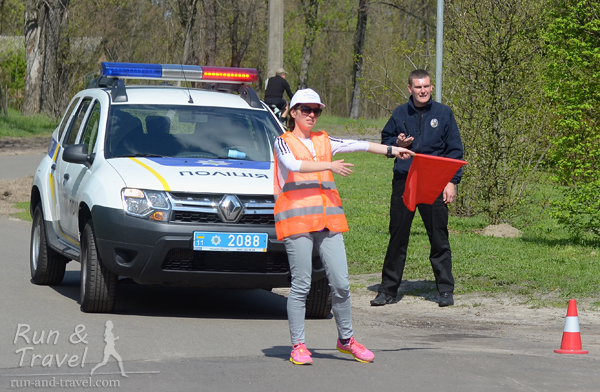 Кстати, полицейский очень милый – предложил водички и машину переставил по первой же просьбе (по той дорожке скоро должны были возвращаться лидеры)