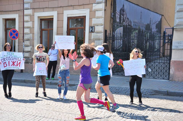 Девчонки с плакатами здорово поддерживали. Фото: Ксения Джуган