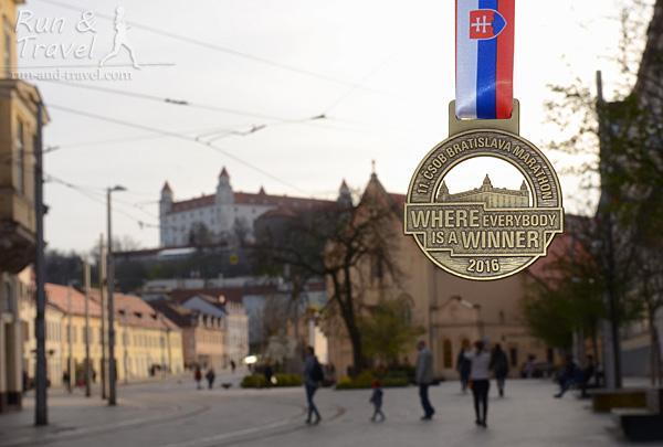 Медаль с Братиславским градом на фоне Братиславского града