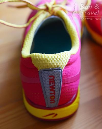 По периметру кроссовка – светоотражающие элементы