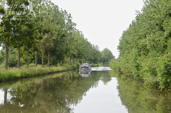 Встречный катер в боковом канале Луары