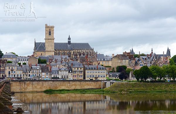 Nevers на берегу Луары, знаменитый своим фаянсом