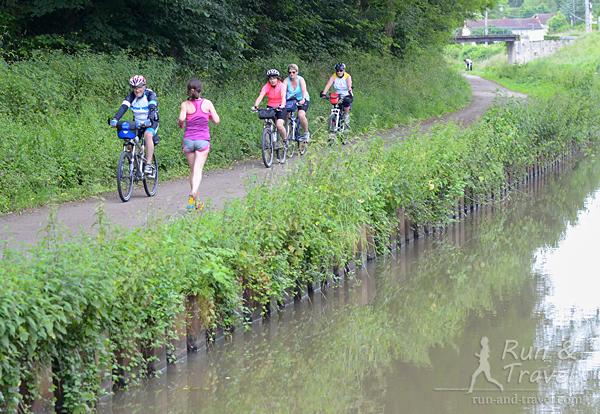 Изредка на дорожке встречаются велосипедисты, обязательный обмен бонжурами