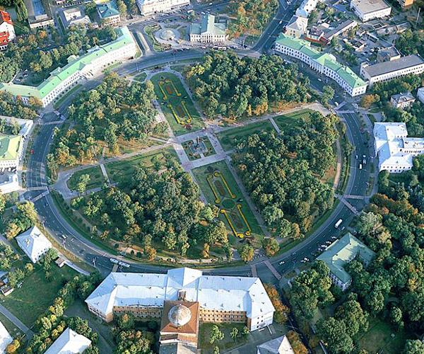 Эффектная Круглая площадь и Корпусный сад в Полтаве. Фото: myplanet.com.ua