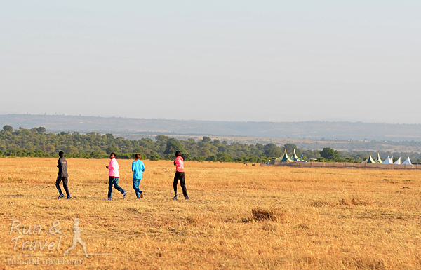 Там и сям виднеются разминающиеся кенийцы