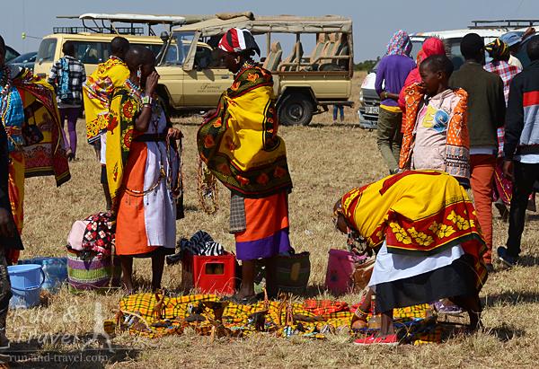 Масайские женщины разложили товар