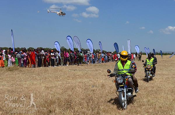 Прибытие на финиш победителя полумарафона – с мотоциклами и вертолетом