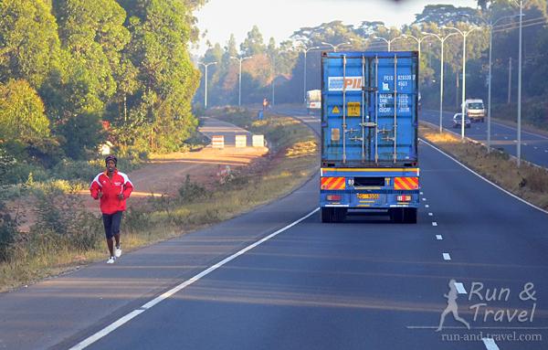 Бегущий человек на дороге возле Найроби – привычное зрелище