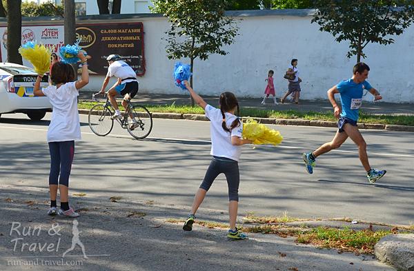 Танцы, бегуны, велосипедисты, полицейские и пешеходы