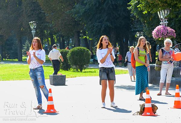 Девушки-волонтеры возле Корпусного сада