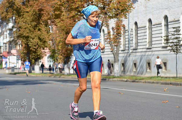 Чтоб я так бегала в 70 лет (кстати, 2:13 – мой результат на первом полумарафоне в возрасте в два раза младше)