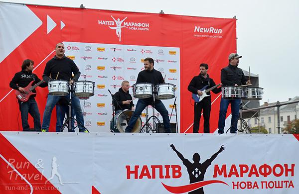 Заряжающее выступление барабанщиков перед стартом