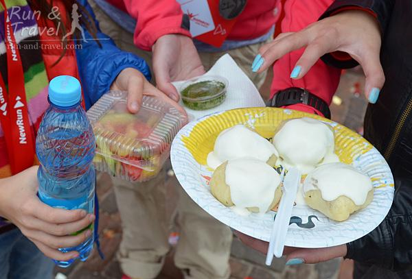 Продуктовый набор галушка-пати: 4 галушки со сметаной или грибным соусом, овощной салат, соус, вода