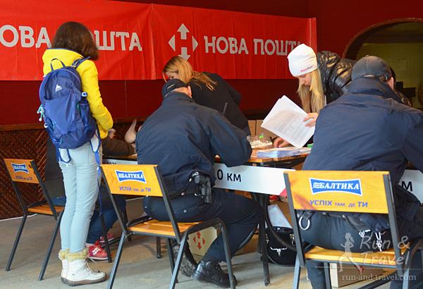 Среди участников были даже местные полицейские – здесь они как раз получают номера